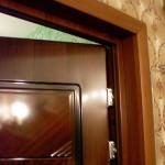 Делаем откосы на входной двери: оштукатуривание, установка с каркасом и без