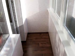 Отделка балкона каменными обоями