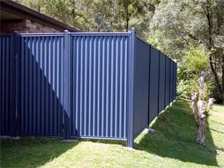 Забор со свободным нижним краем