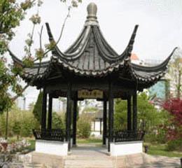 Беседка, плохо стилизованная под китайский терем