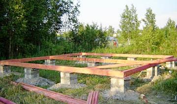 Венец деревянного дома на столбчатом фундаменте
