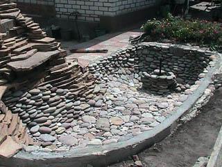 Ложе пруда, вымощенное камнем