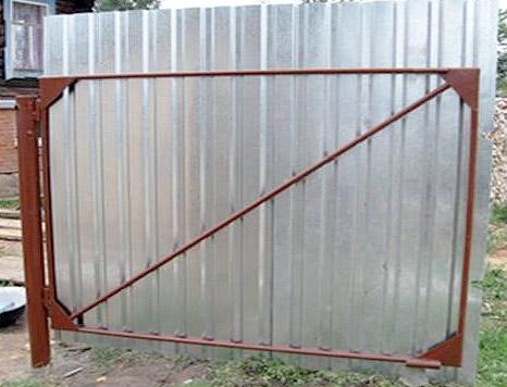 Створка ворот из круглой водопроводной трубы, обшитая профлистом