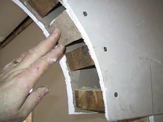Ненадежная конструкция свода арки из гипсокартона