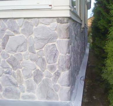 Отделка цоколя дома искусственным камнем.