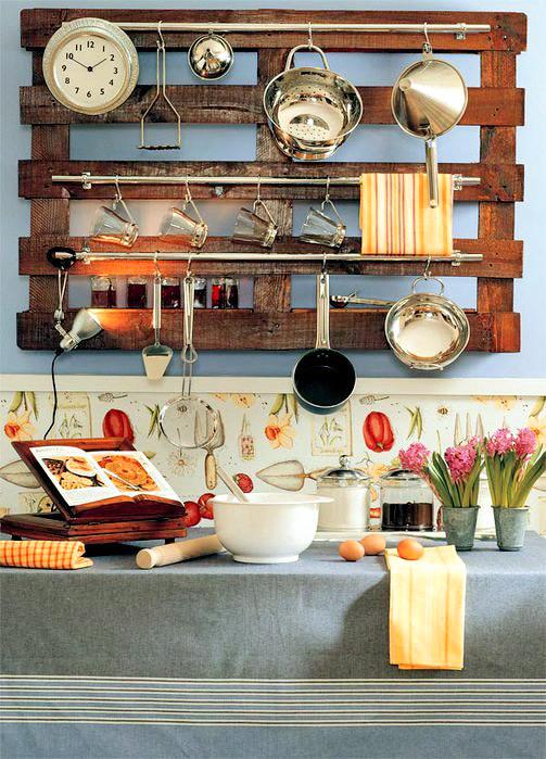 Декоративная вешалка из поддона в кухне