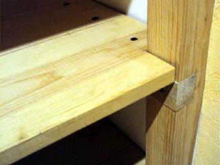 Способ установки полок в стеллаж или этажерку под большую весовую нагрузку
