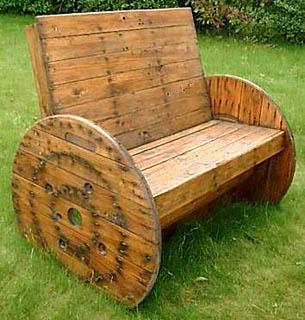 Садовая лавочка-кресло из деревоотходов