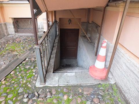 Правильно оборудованный наружный вход в подвал