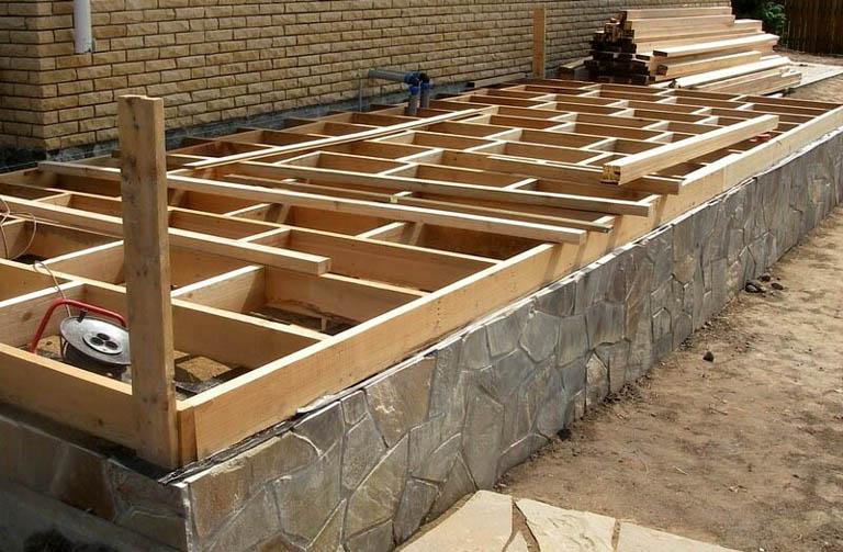 Сложная опорная конструкция террасы