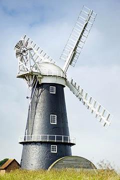 Шатровая ветряная мельница с виндрозой в Норфолке (Англия)