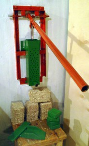 Ручной рычажный пресс для формовки топливных брикетов.