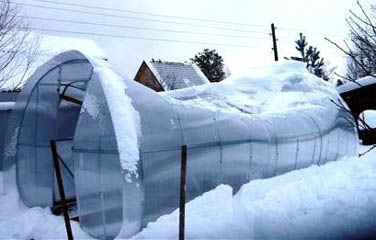 Разрушение полуциркульной теплицы под весом снега