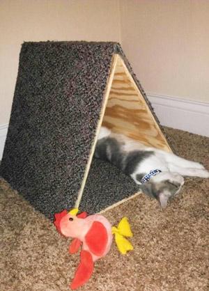 Малогабаритный домик-когтеточка для кошки