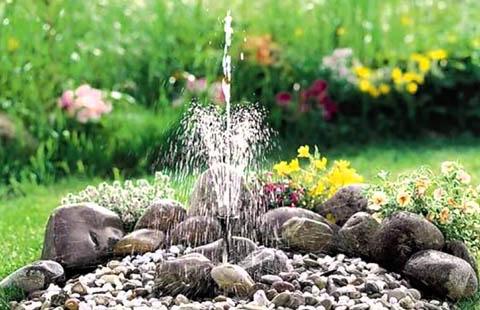 Мини-фонтан на клумбе