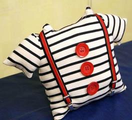Декоративная подушка из старого детского свитера
