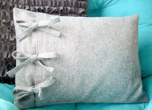Украшение подушки простыми бантами