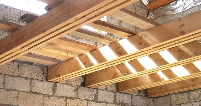 Балки деревянного перекрытия в доме из пеноблоков/газоблоков