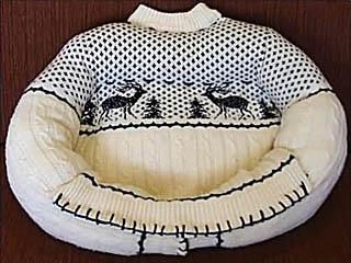 Лежанка для собаки из старого свитера.