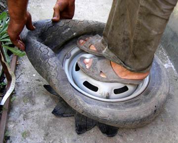 Как вывернуть наизнанку жесткую шину или шину на ступице колеса