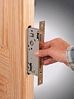 Примерка плоского замка межкомнатной двери в гнезде