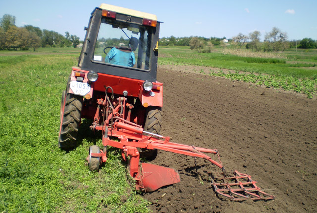 Вспашка почвы одновременно с боронованием.