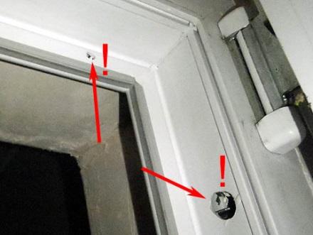 Металлопластиковая дверь, установленная с нарушением технологии монтажа
